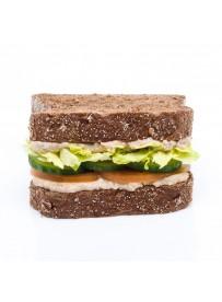 Veganistische American sandwich met Baba Ganoush, komkommer en tomaat
