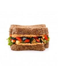American sandwich met hummus en geroosterde groenten